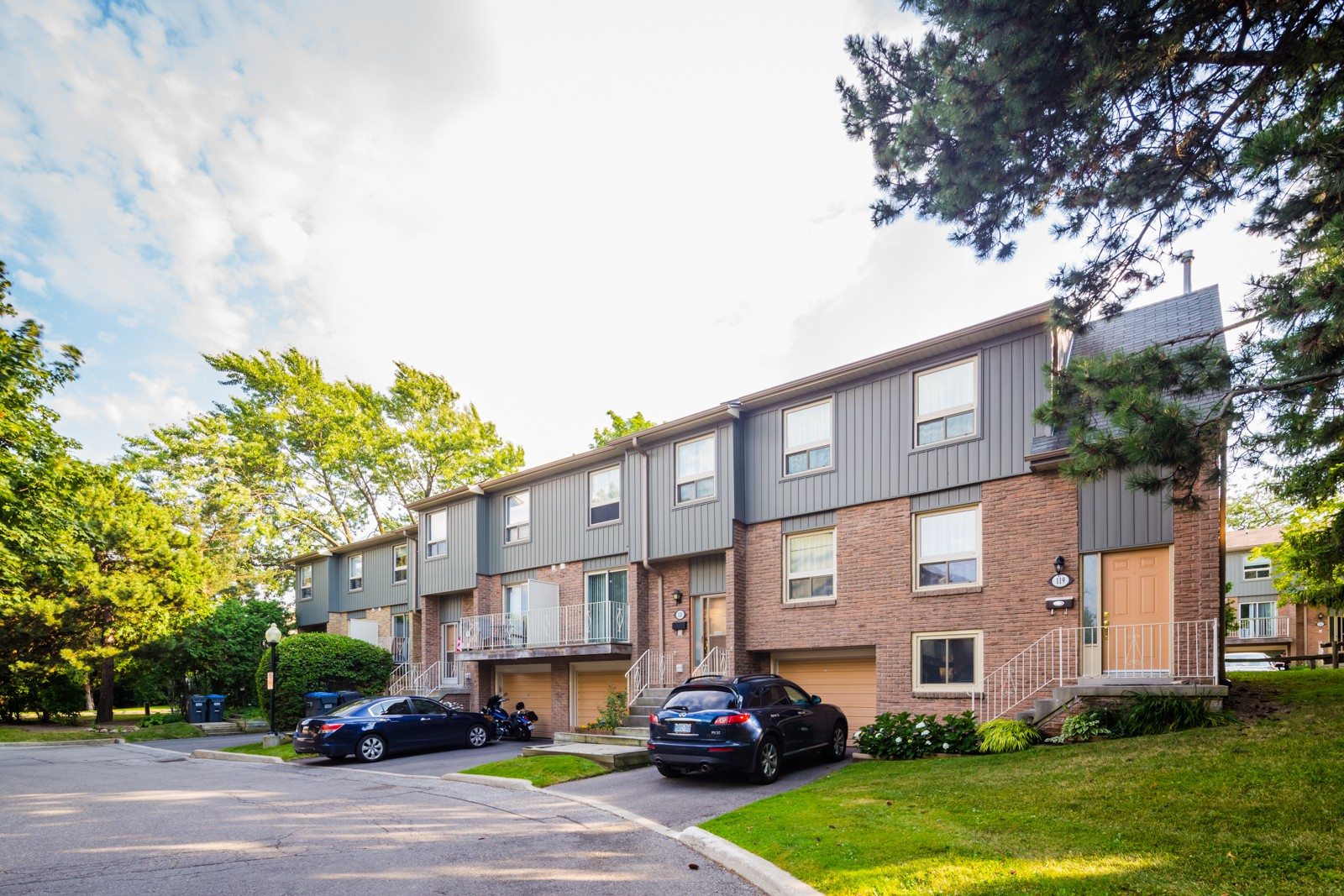 60 Hanson Townhouses at 60 Hanson Rd, Mississauga 1